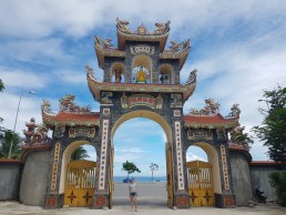da nang temple with beacch view